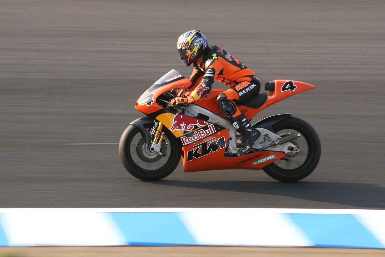 画像: 2006〜2008年まで青山はKTMのファクトリーライダーとしてGP250ccクラスで活躍。その間4勝を記録しています。 ja.wikipedia.org