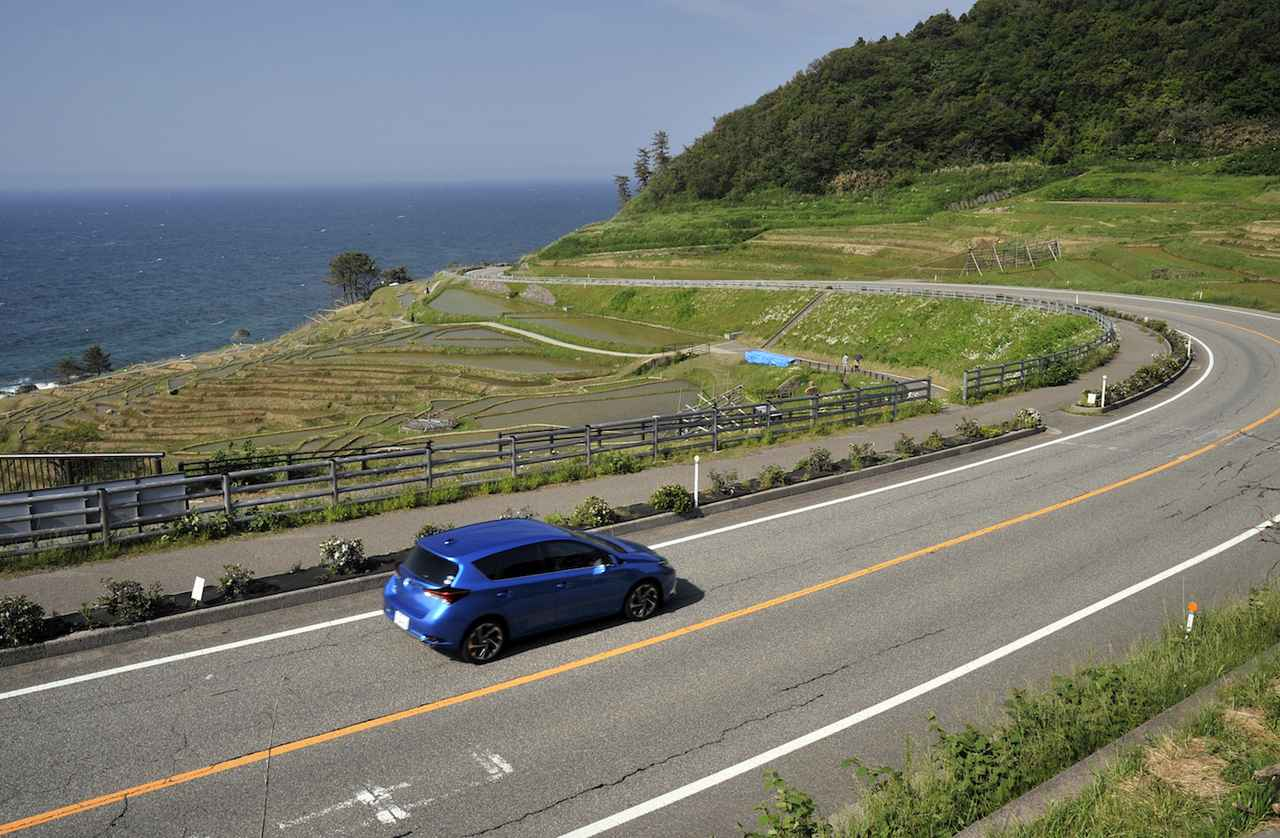画像: 海の景色と山の景色が同時に楽しめるのも、能登ドライブの醍醐味のひとつと言えるでしょう。