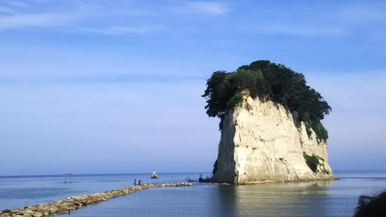 画像: 青い空と海に挟まれて、ポッカリ空に浮かんでいるようにも見える見附島。「軍艦島」の異名どおり、威風堂々としたたたずまいが圧巻です。
