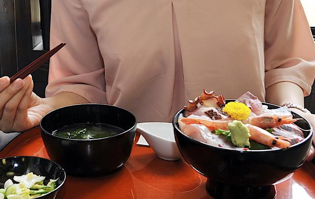 画像: 輪島の朝市至近のお店で食べた海鮮丼(能登丼)。器まで輪島漆塗りと、地産地消にこだわりまくっています。これで2000円とはリーズナブルかも。