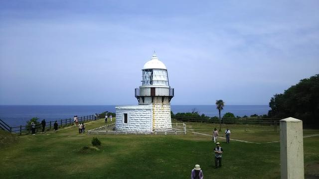 画像: 運用が始まったのは明治16年。130年以上前に建てられた「由緒正しい」灯台です。能登半島の先端、能登半島国定公園に指定されている張り出した断崖絶壁の上に立つその瀟洒な姿には、確かに歴史の重みを感じることができるのでした。ちなみに、昇る朝日と沈む夕日が同じ場所で見られる、珍しいスポットでもあります。