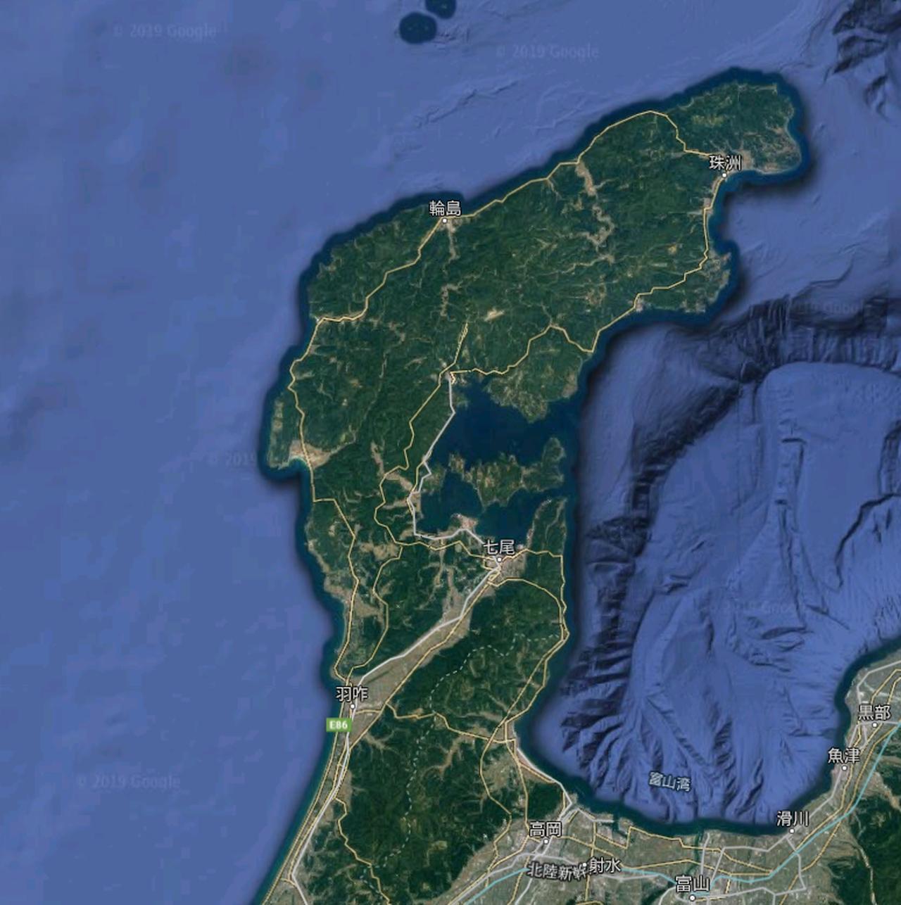 画像: ほぼ全域が「緑」に覆われた能登半島。これだけ見ても、その自然の豊かさが想像できるハズ。©️2019 Google