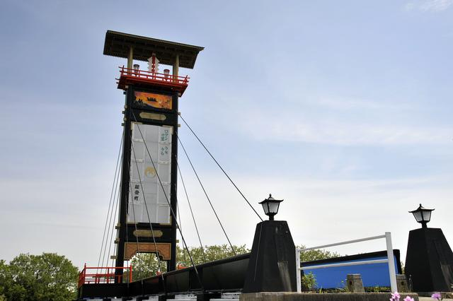 画像: 能都町内浦の橋(ふるさとキリコ橋)の上で見つけた巨大なキリコ。高さ23.8mで実際のお祭りで使われるワケではないモニュメントですが、そのインパクトはかなり強烈です。