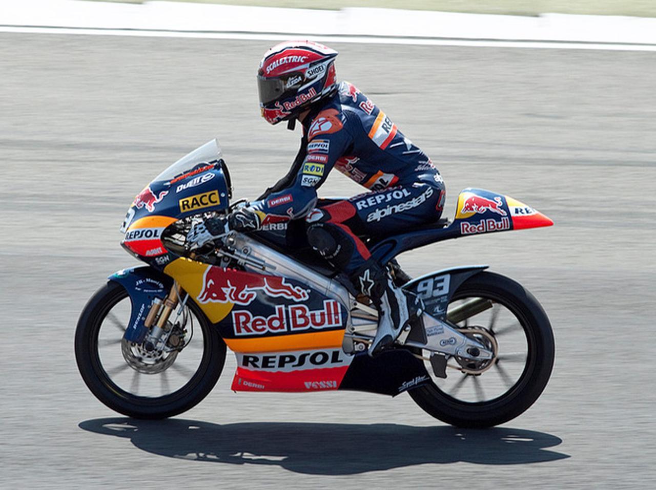 画像: 2010年、デルビを駆りオランダGP125ccクラスに勝利したM.マルケス。 en.wikipedia.org