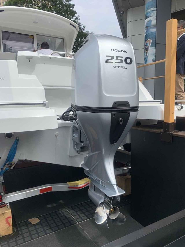 画像: クルーザーにはHondaの最新船外機BF250が装備されている(筆者撮影)