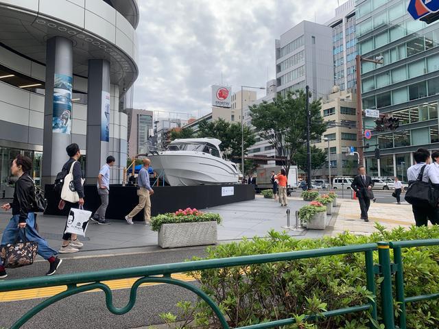 画像: 道行く人達はオフィス街のクルーザーに騒然(筆者撮影)