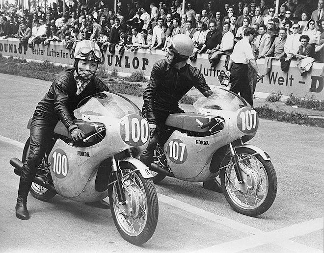 画像: 日本人のGP初優勝は、高橋国光(左)により1961年西ドイツGPにて達成されました。右のジム・レッドマンとともに、乗っていたマシンはホンダRC162(空冷4ストローク250cc4気筒DOHC4バルブ)で、このころはアルミ製のフェアリングと燃料タンクを採用していました。 lrnc.cc