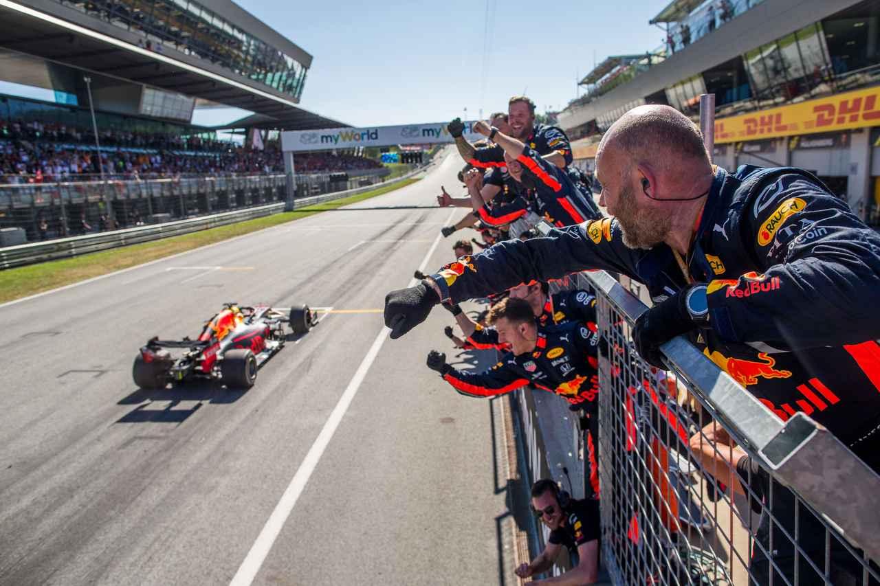 画像: ホンダのレッドブルとの提携後、初となる勝利をオーストリアGPで記録。スタッフたちの喜びも、ひとしおでしょう。 ja.hondaracingf1.com