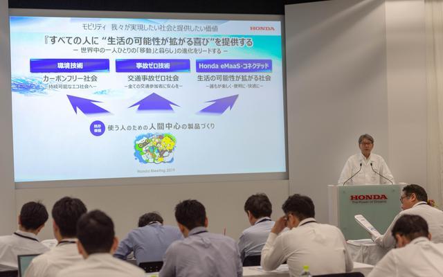 画像: (株)本田技研工業 代表取締役社長 八郷隆弘氏に続いて、株式会社 本田技術研究所 代表取締役社長 三部敏宏氏が壇上へ。今回の「Meeting」のポイントを、かいつまんで紹介していただきました。