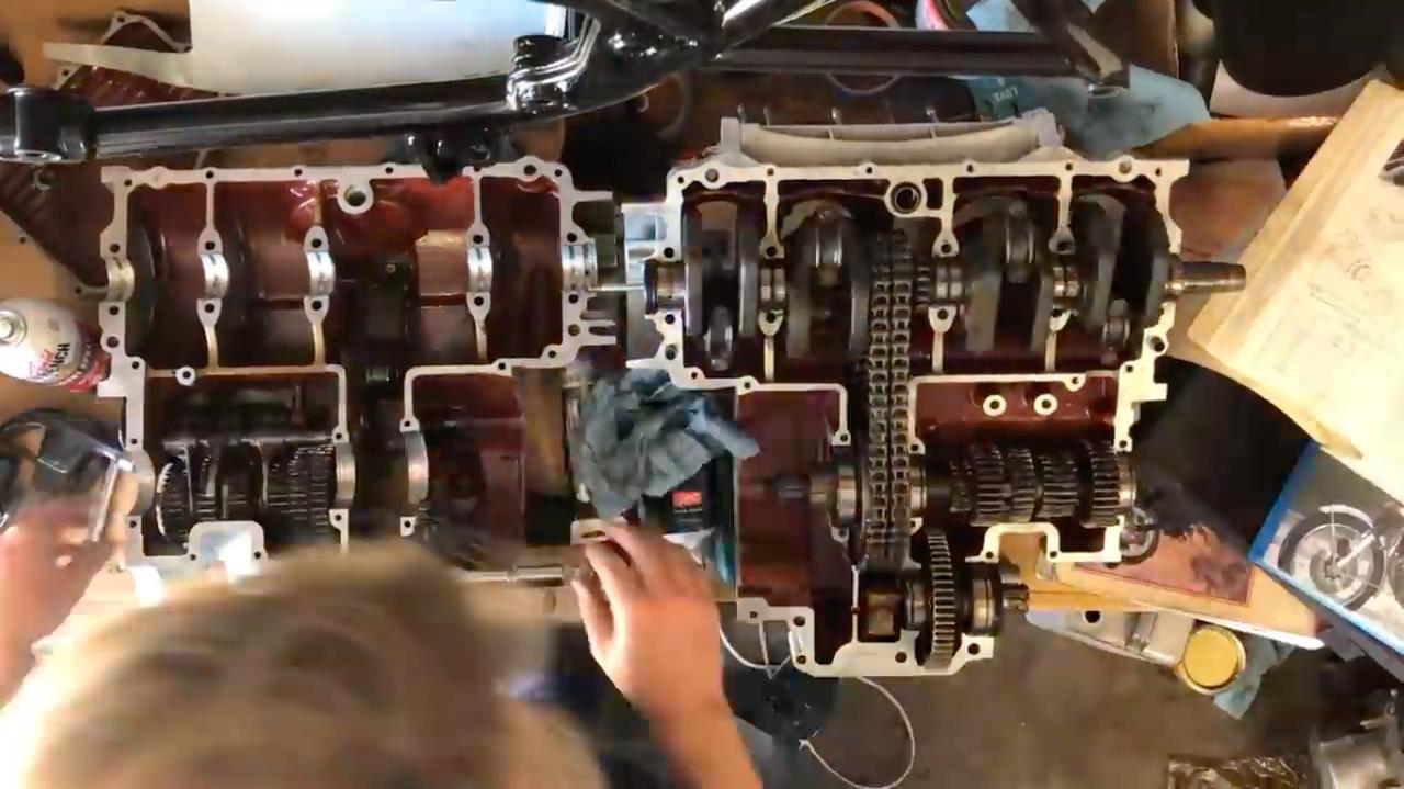 画像: クランクケース内が赤くペイントされていますが、これはサムさんが施したもの。これは「Glyptol」というエポキシ系ペイントで、鋳造ケースの「ス」からオイルがリークするのを防ぐとともに、内面を平滑にすることでオイルの流れを早くし、冷却性を向上させる効果が狙えるそうです。 www.youtube.com