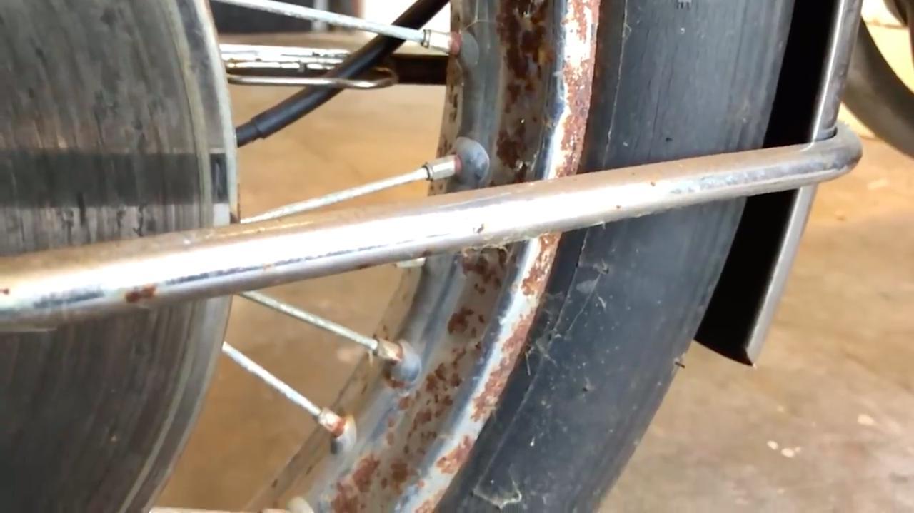 画像: 長年の放置ゆえ・・・車体の各部にはサビや汚れが目立ちます・・・。 www.youtube.com