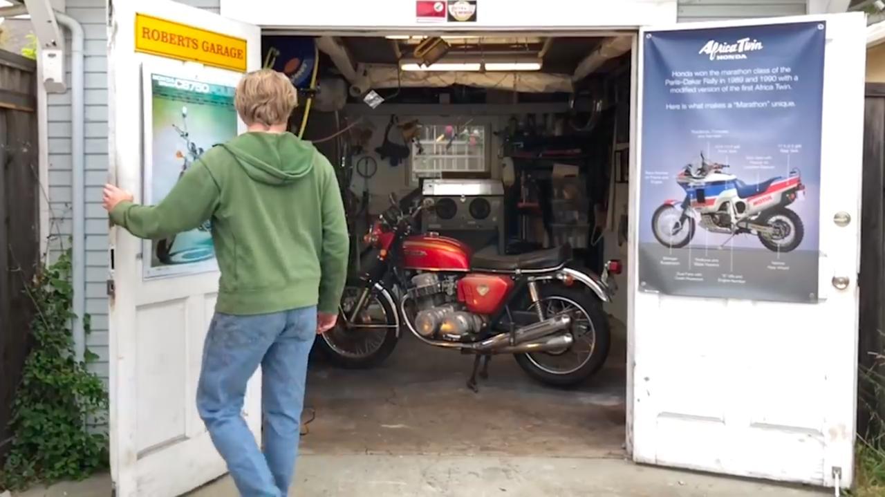 画像: サムさんの瀟洒なガレージの中には、30年間放置されていた1台のCB750FOURが・・・。 www.youtube.com