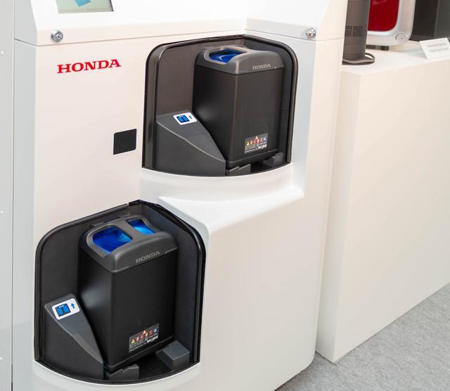 画像: こちらが実証実験に使われた充電ステーション。上下段それぞれに4本ずつが収納され、常時充電されています。