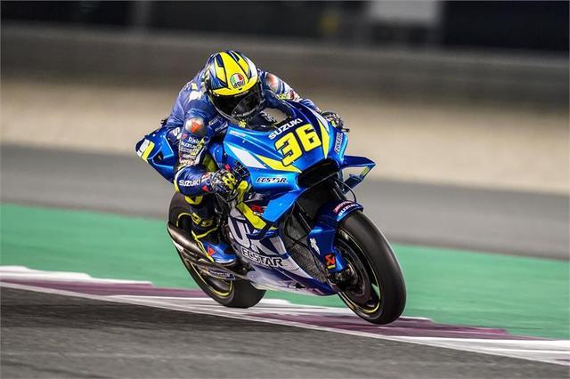 画像: 2019年、開幕前のカタールテストでスズキGSX-RRを走らせるJ.ミル。 www.suzuki-racing.com