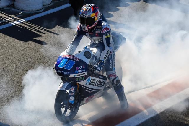 画像: 2017年シーズン最終戦のバレンシアGPのMoto3クラスで、自身初のGP勝利をバーンアウトとともに喜ぶJ.マルティン(ホンダ)。 www.bikesrepublic.com