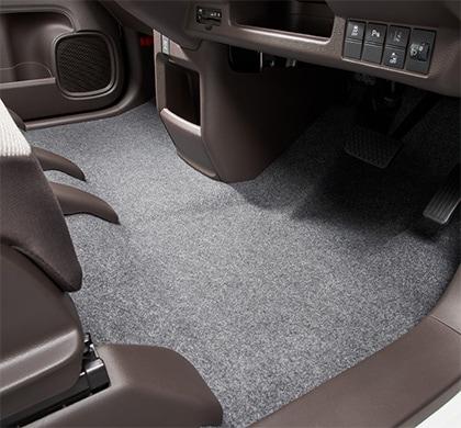 画像: フラットフロアにより空間が広くなったことで大柄な人でも快適に。また、運転席と助手席間の移動もスムーズに行える www.honda.co.jp