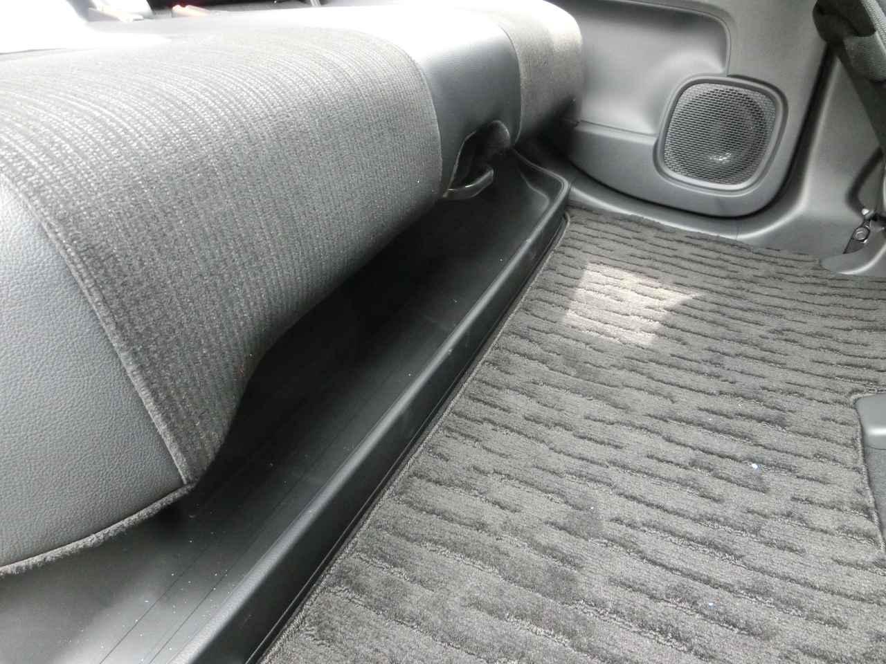 画像: 後部座席下部には傘などを置いておけるトレーも。取り外し可能でお手入れも簡単