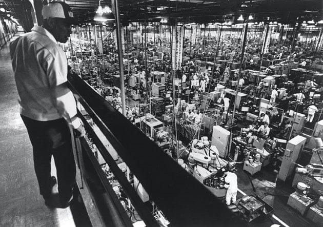 画像: 1967年、スーパーカブの大量生産工場として大活躍した、鈴鹿製作所で撮影された写真です。2階から現場を見ているのが、本田宗一郎氏その人です。 www.honda.co.jp