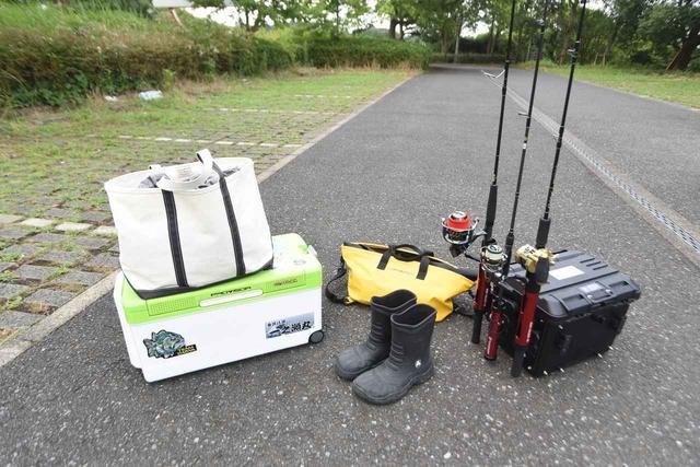 画像: クーラーボックス35Lと釣り具を入れるドカット(黒いボックス)、 そして釣竿(6.4ft=約2m)はしっかり収納したい!