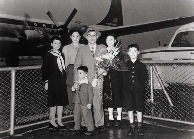 画像: 1952年11月、羽田空港で家族に見送られ、本田宗一郎氏は米国視察に旅立ちました。 www.honda.co.jp