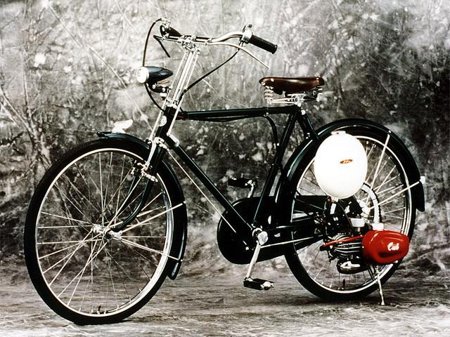 画像: 公益社団法人自動車技術会「日本の自動車技術330選」にも選出された、ホンダ カブF型。1952年にデビューしましたが、その翌年からはプラスねじが採用されることになったようです。 www.jsae.or.jp