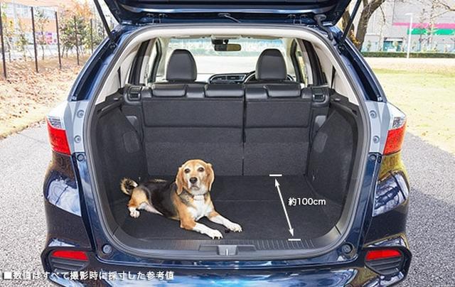 画像: 中型犬・3列目シートの片側を床下に格納した場合 www.honda.co.jp