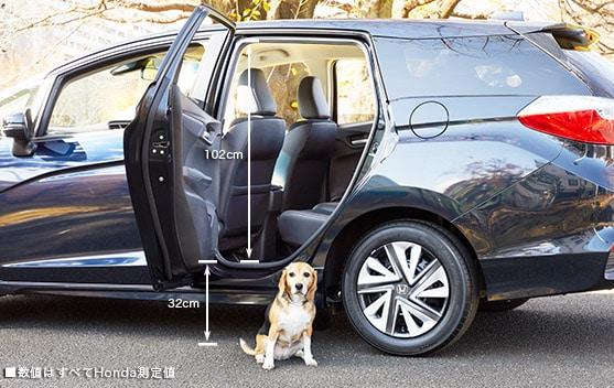 画像: 中型犬・リアドアからの出入り www.honda.co.jp
