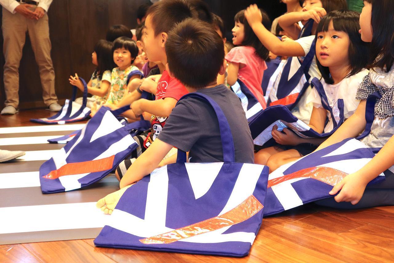 画像3: 子供たちに直接プレゼント! 交通安全教室も開かれました