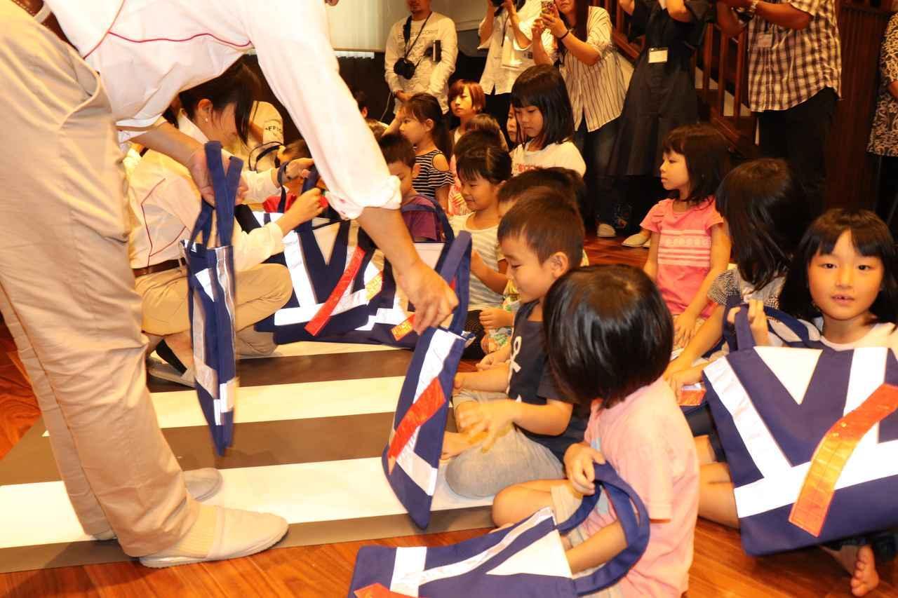 画像2: 子供たちに直接プレゼント! 交通安全教室も開かれました