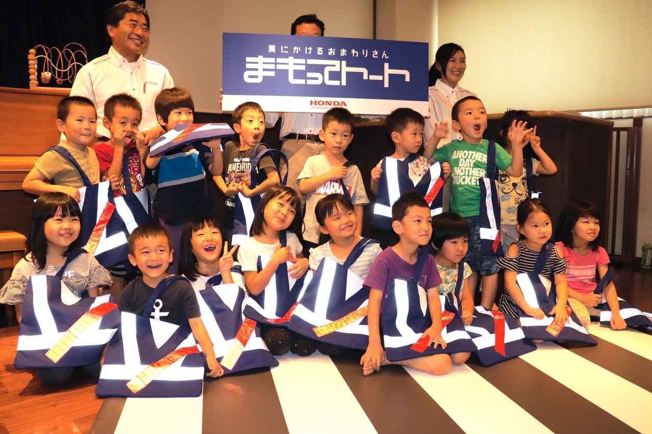 画像4: 子供たちに直接プレゼント! 交通安全教室も開かれました