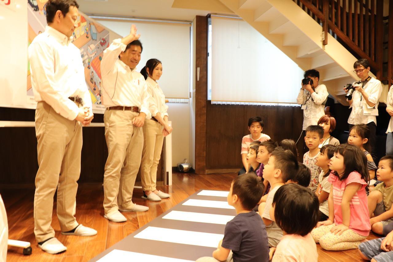 画像: ニッコニコの先生と、じーっと超真剣に聞いてくれている子供たち
