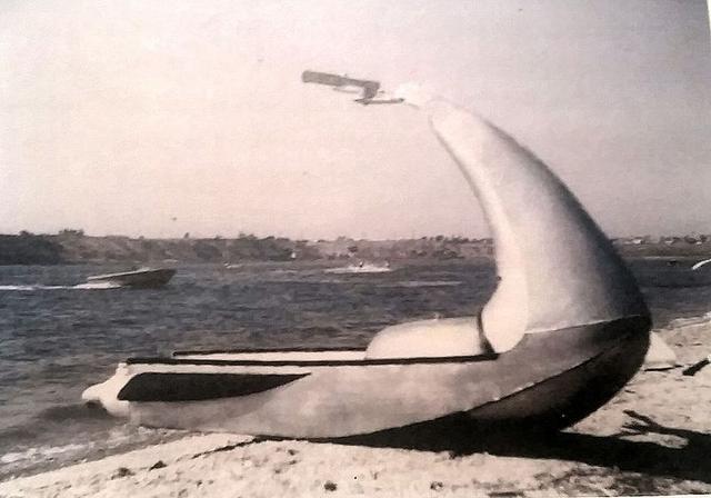 画像: ジェイコブソンの最初の試作PWC。動力付きの、水上スキーという感じのライディングポジションになっています。 en.wikipedia.org