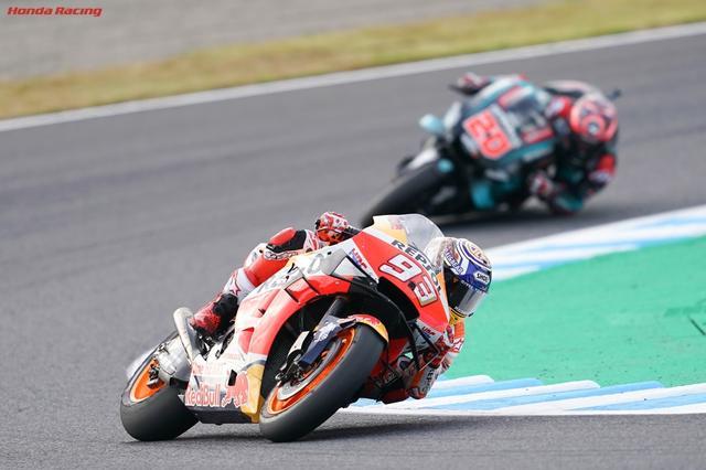 画像: 2位のファビオ・クアルタラロ(ヤマハ)の前を走る、MotoGP絶対王者のマルク・マルケス(ホンダ)。 www.honda.co.jp