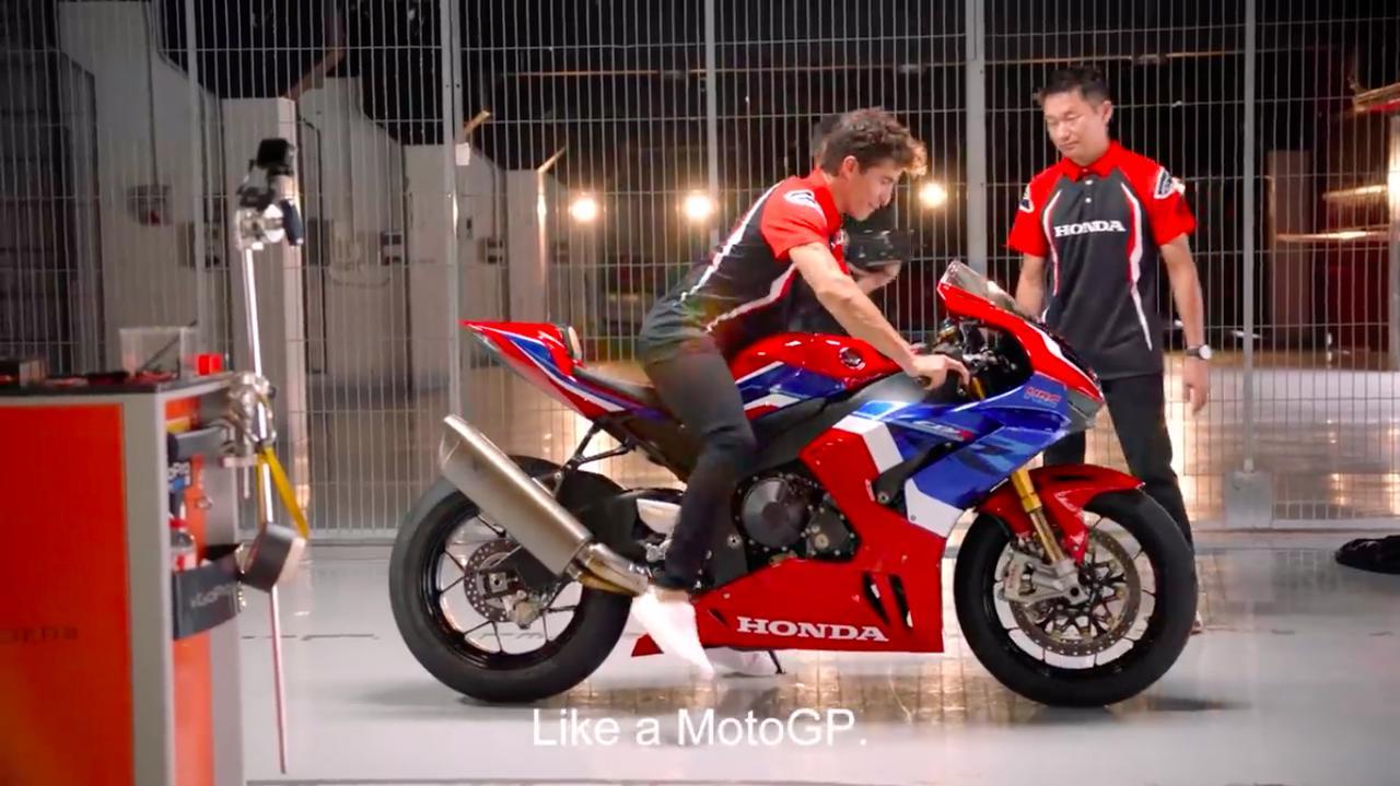 画像: 新型CBRにまたがるM.マルケス。まるでMotoGPマシン!! と笑顔でコメントしています。 www.youtube.com