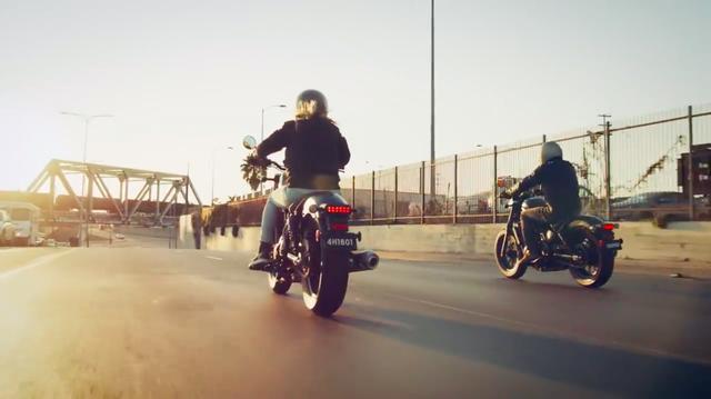 画像: 合流したふたりは、ランデブー走行を夕日に照らされながら楽しみます・・・。 www.youtube.com