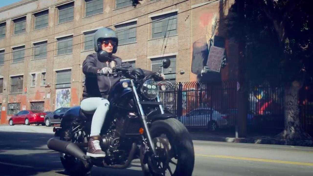 画像: 街の風景のなかに、レブル500は違和感なく溶け込みます。 www.youtube.com