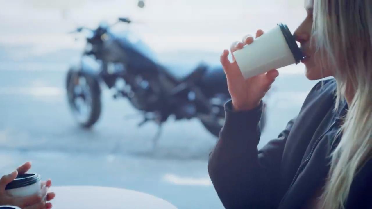 """画像: オープンカフェで美味しいコーヒーを堪能しつつ、外に停めた愛車を眺める・・・万国共通で、オートバイ乗りが好きな""""瞬間""""のひとつでしょう。 www.youtube.com"""