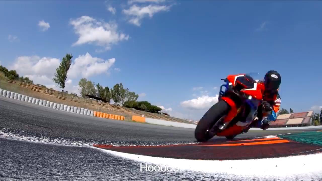 画像: ヘルメットの中で、ニコニコしていそうなコメント(英語字幕)が続きます。高速コーナーでは新採用のウイングレットが効果を発揮し、車体フロント側の安定感が増していることをレポートしています。 www.youtube.com