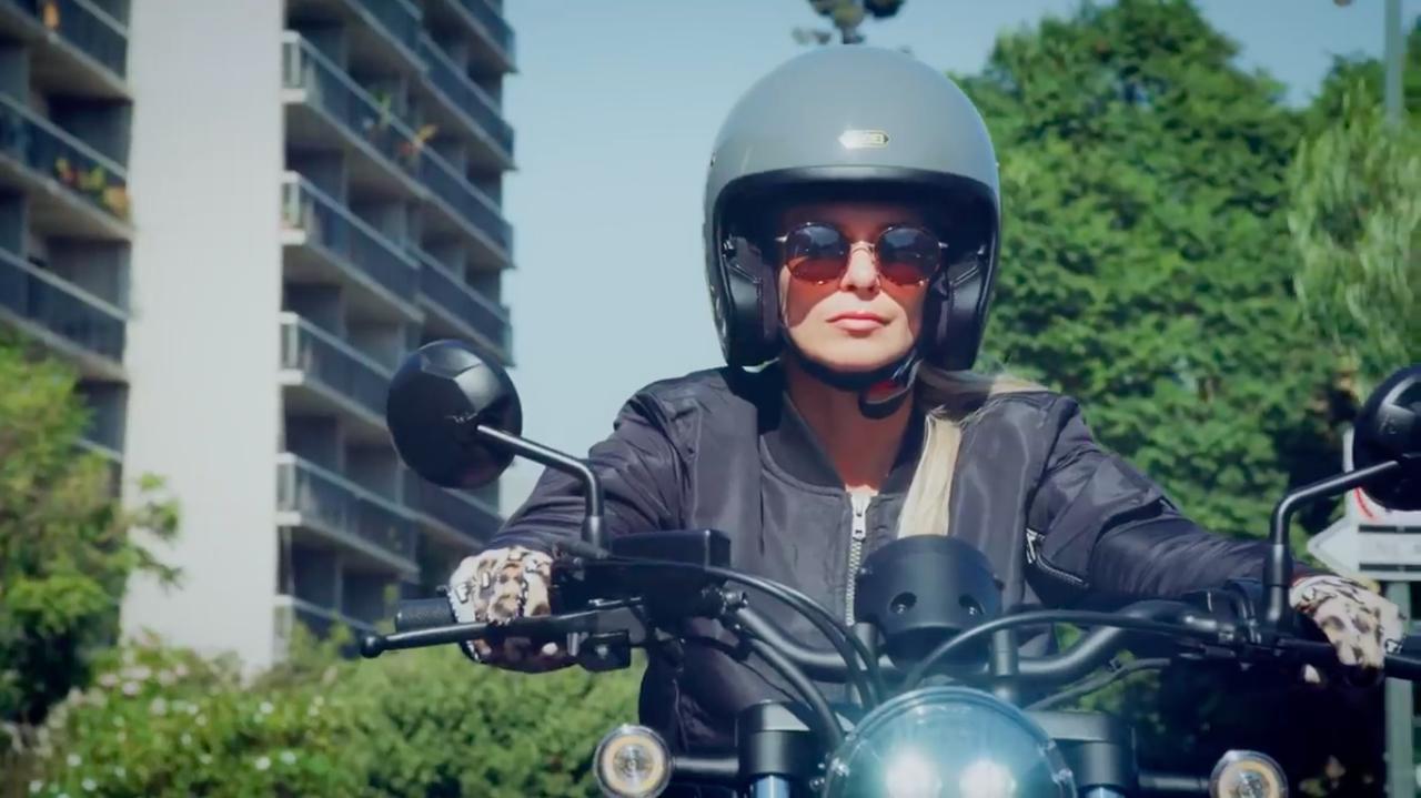 画像: ジェットヘルにサングラス・・・これはアーバンライダーの定番の装いですね!? www.youtube.com