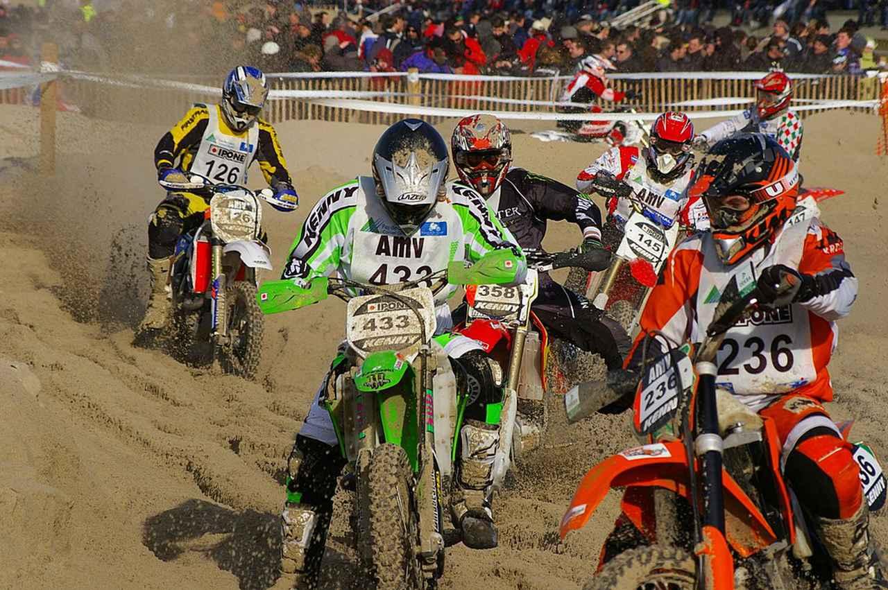 画像: 2008年大会の模様。毎年砂浜の上で4ケタのオフロードバイクとクワドが速さを競い、その熱戦を多くの観衆が見守ります。 fr.wikipedia.org