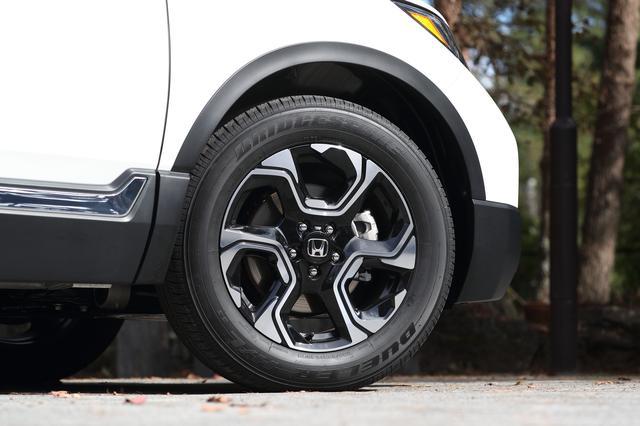 画像: タイヤサイズは235/60R18が標準となる。