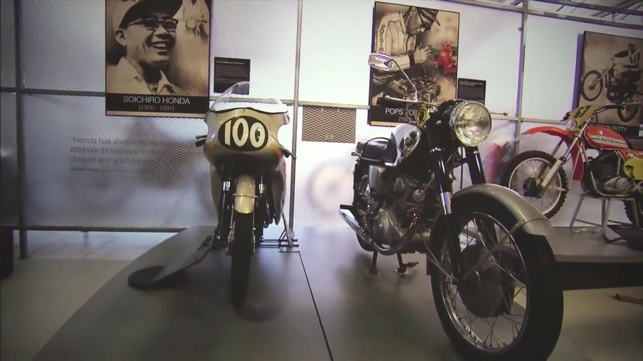 画像: オハイオ州にある、AMA 2輪の殿堂博物館の内部。本田宗一郎と吉村秀雄に関する展示は、このように並んだ状態になっております。 www.youtube.com