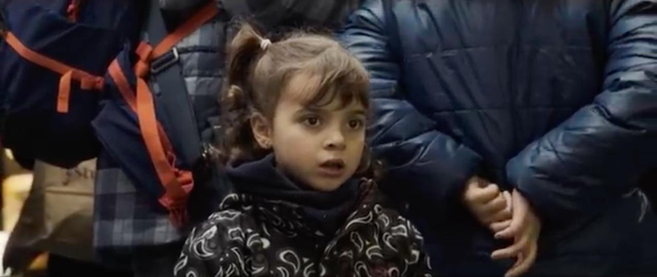 画像: オチは動画を見ていただくとして、このお嬢さん、とても良いリアクションの表情ですね(笑)。 www.youtube.com