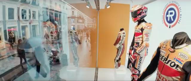 画像: なぜかM.マルケスの展示だけ、マネキン? を使ってヘルメット、グローブ、ブーツとライディングギア・フルセットになっています・・・? www.youtube.com
