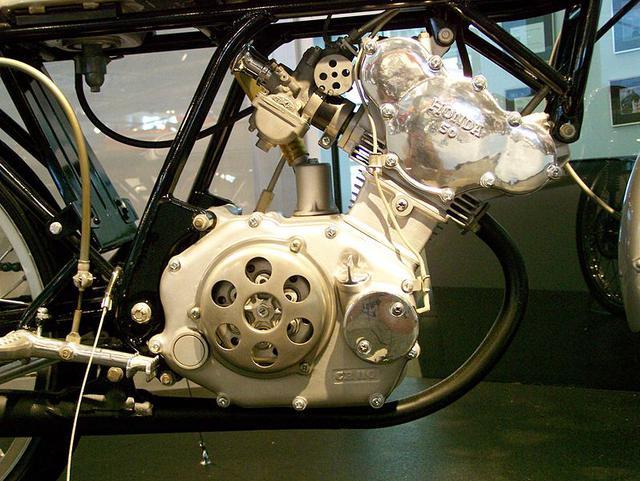 画像: カムギアトレイン、強制開閉式キャブレター、乾式多板クラッチ、そして8速ギアボックス(初期型は5速)を採用するCR110の心臓部。 ja.wikipedia.org