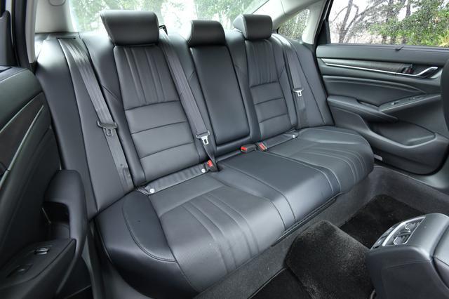 画像2: 気持ち高まる運転席!後部座席もとっても広いぞ! その秘密とは・・・?