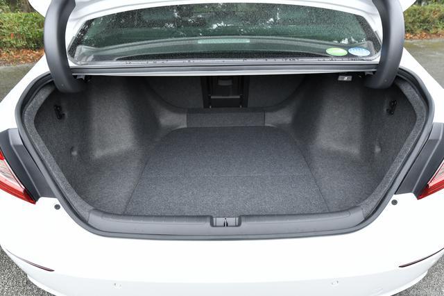 画像3: 気持ち高まる運転席!後部座席もとっても広いぞ! その秘密とは・・・?