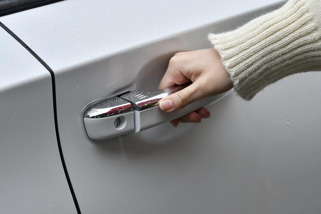 画像: 上質な握り心地のドアハンドルにはタッチセンサーを採用