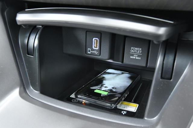画像: 置くだけで充電できるワイヤレス充電器を標準装備
