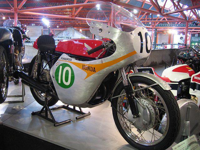 画像: 1961年に投入されたホンダRC162(空冷4ストロークDOHC4気筒250cc)は、日本人のGP初優勝(高橋国光・1961年西ドイツGP)時のマシンでもありました。。こちらの展示車両はゼッケン10ですが、もしかするとマイク・ヘイルウッドのマン島TT車でしょうかね? lrnc.cc